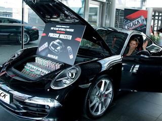 BLACK wręczył kluczyki do czarnego Porsche