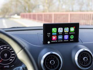 Zadbaj o fabryczną nawigację w Twoim samochodzie.