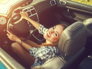 Podróżowanie wypożyczonym samochodem i wycieczki typu Fly and Drive.