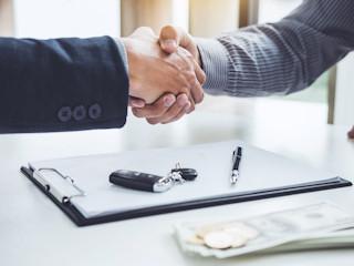 Podatek od sprzedaży samochodu przed upływem 6 miesięcy - jak rozliczyć się z urzędem?