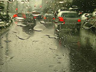 Jak podróżować samochodem bezpiecznie podczas deszczu?