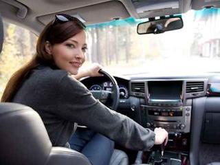 NaviExpert demaskuje cztery typy męskich reakcji na… kobietę w samochodzie